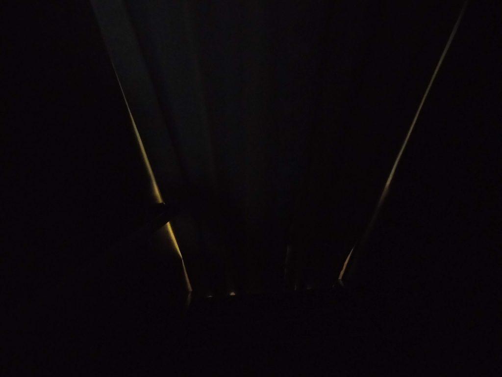 間仕切りカーテンの隙間